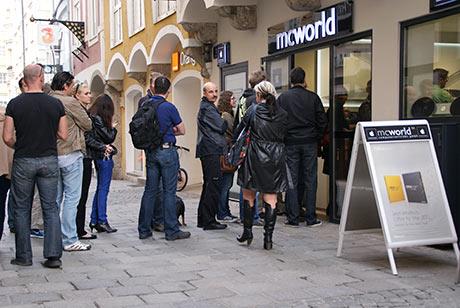 Menschenschlange wartet auf iPad 2 in Wels